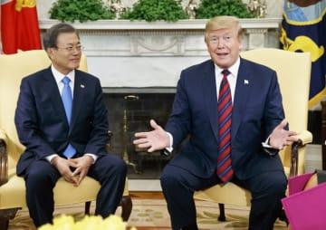 米韓首脳会談での文在寅大統領(左)とドナルド・トランプ大統領(右)(写真:AP/アフロ)