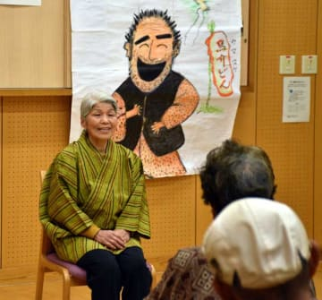 方言を交え、綾町に伝わる昔話を披露する「綾語り部の会」の柳田さん