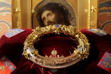 パリのノートルダム寺院での式典で展示されたいばらの冠=2014年3月(ロイター=共同)