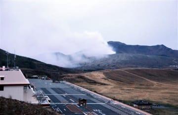 噴火した阿蘇中岳第1火口=16日午後6時58分ごろ、阿蘇市(中尾有希)
