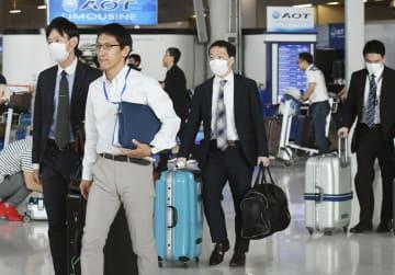バンコクの空港に到着した捜査員ら=16日(共同)