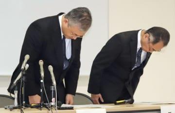患者の病状悪化について、記者会見で陳謝する富山大病院の林篤志病院長(左)ら=16日午後、富山市