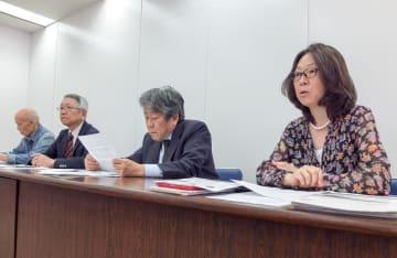 名簿提供を巡る市の問題点を指摘する武井弁護士(右)ら=川崎市役所
