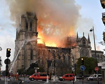 炎上するパリのノートルダム寺院=15日(タス=共同)