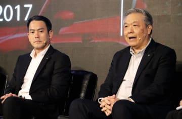 チャンチャイ社長(右)は、今年の自動車市場に楽観的な見方を示した=10日、バンコク(NNA撮影)