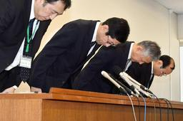 再調査委員会の調査結果を受けて頭を下げる長田淳教育長(左から2人目)ら=16日午後、神戸市役所(撮影・秋山亮太)