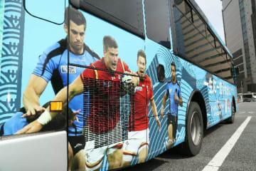ラグビーW杯デザインにラッピングされた路線バス=16日、大分市