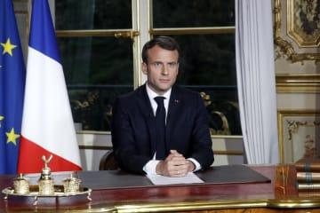 フランス国民に向け演説したマクロン大統領=16日、パリ(AP=共同)