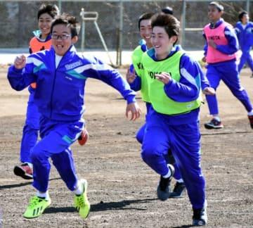 オリエンテーションで元気に校庭を駆け回る高田一中の生徒たち