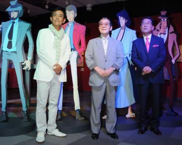 2011年8月、「ルパン三世展」のイベントに登場したモンキー・パンチさん(中央)ら=東京都内