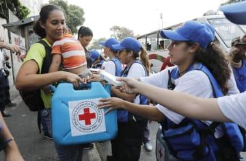 ベネズエラ・カラカスで支援物資を受け取る女性=16日(AP=共同)