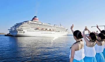 高校生に見送られながら横浜港に向け出港する豪華客船「飛鳥Ⅱ」
