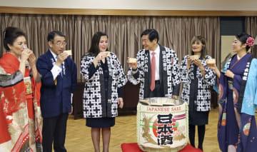 16日、アンカラで開かれた日本酒試飲イベント(共同)