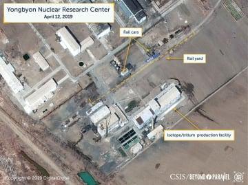 北朝鮮・寧辺の核施設で、特殊な鉄道車両などが確認されたことを示す12日撮影の衛星写真(デジタルグローブ/CSIS提供・ロイター=共同)