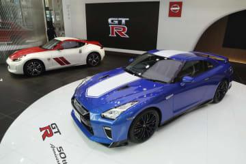 日産自動車「NISSAN GT―R」(手前)と「フェアレディZ」の発売50年記念車=17日午前、東京・銀座