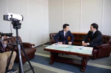 若林クリス監督(右)と対談する金入健雄理事長