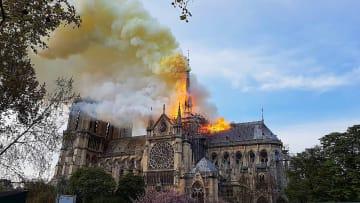 黄色い煙と炎を上げて燃えるノートルダム寺院=15日、パリ(猿ケ澤さん提供)