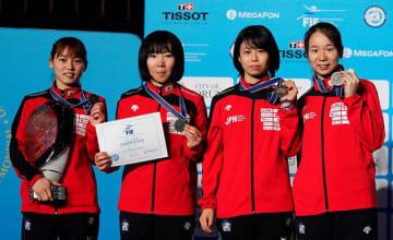 女子フルーレ団体で、日本の準優勝に貢献した辻すみれ(右から2人目)