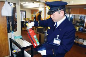 消火器の使用期限などを確認する消防本部の署員