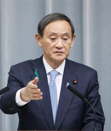 記者会見する菅官房長官=17日午前、首相官邸