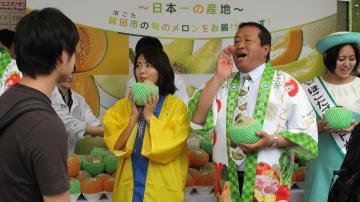 首都圏で鉾田市のメロンをPRする岸田一夫市長(右)=昨年5月、東京都内