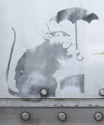 防潮扉に描かれた、バンクシーの作品に似たネズミの絵=1月、東京都港区(東京都提供)