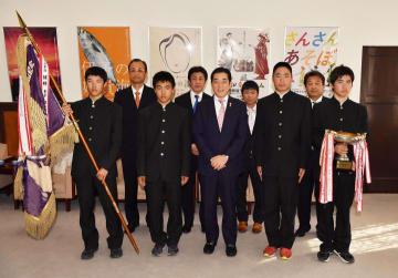 中村知事と記念撮影する松山城南高自転車競技部の選手ら=17日午後3時10分ごろ、県庁