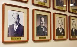 戦後の公選市長の肖像写真。初代の石見元秀氏(左端)から姫路西高出身者が続く=姫路市役所