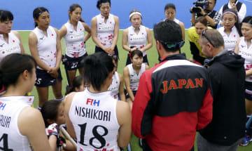 チリに競り勝ち、試合後プレーの確認をするホッケー女子日本代表=大阪府茨木市