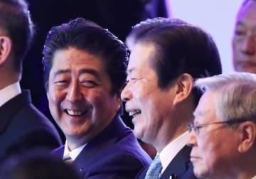 安倍首相(左)と公明党の山口那津男代表(右)