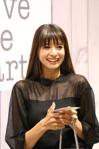 自身がプロデュースした子供服ブランドのポップアップショップ「Love the Earth」に登場した吉川ひなのさん
