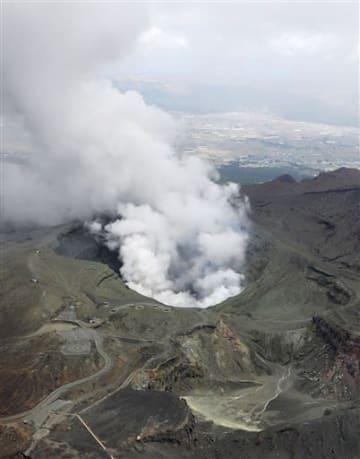 噴煙を上げる阿蘇山中岳=17日午前11時9分