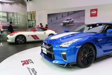 日産自動車が発売50周年記念モデルとして発表した「NISSAN GT-R」(手前)と「フェアレディZ」=東京都中央区