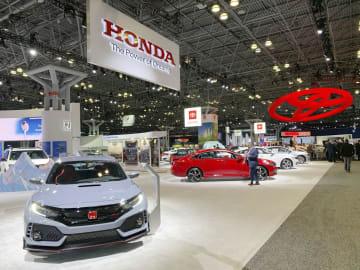 ニューヨーク国際自動車ショーのホンダやトヨタ自動車のブース=17日、米ニューヨーク(共同)