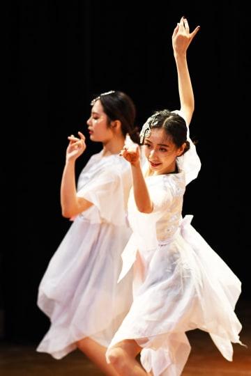大学の教員や学生が活気あふれるラインダンスを披露 重慶市