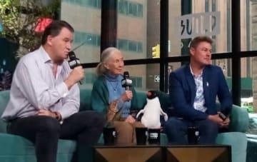 左から、アラステア・フォザーギル監督、霊長類学者の ジェーン・グドール博士、ジェフ・ウィルソン監督