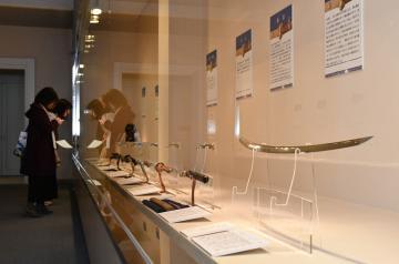 武器と美術品との機能を兼ね備えた歴代の名刀が並ぶ「備前刀の伝統」展=古河市中央町の古河歴史博物館