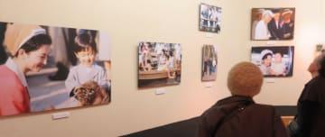 天皇・皇后両陛下の歩みを紹介する写真展=さいか屋横須賀店