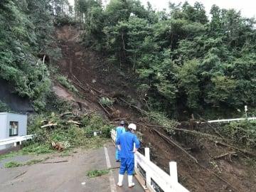 台風24号の影響で発生した土砂崩れ=相模原市緑区(市提供)