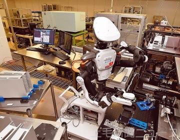 効率化と省力化のため、生産工程に導入されているロボット=OKIデータLED統括工場