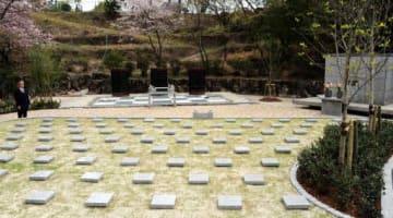 廿日市市が整備した樹木葬墓。奥は合葬墓
