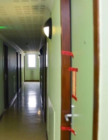 学生寮の黒崎愛海さんの部屋の入り口(右手前)=フランス・ブザンソン