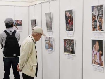 人々を笑顔にした平成の出来事を振り返る報道写真展の会場(大津市におの浜2丁目・西武大津店)