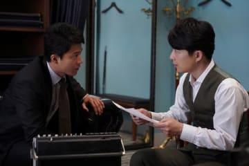 映画「罪の声」で映画初共演する俳優の小栗旬さん(左)と星野源さん(C)2020「罪の声」製作委員会