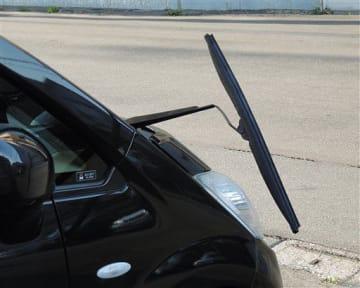 被害に遭った車のワイパー=17日、青森市中央3丁目(住民提供)