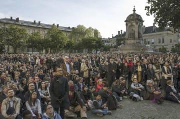 17日、パリ中心部、サンシュルピス教会前の広場に集まった市民ら(ゲッティ=共同)