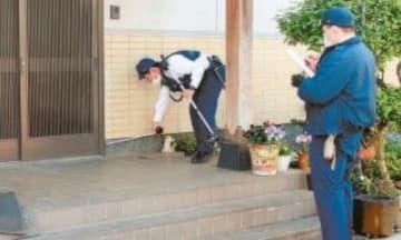 乳児が見つかった現場を調べる捜査員ら=18日午前9時2分、日田市
