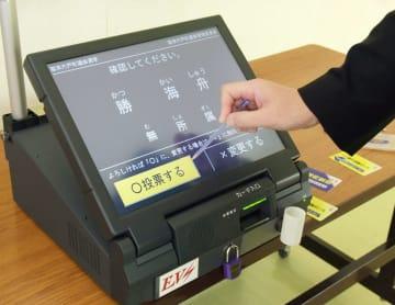 タッチパネルで候補者を選ぶ電子投票機(画面は模擬表示)=2015年4月25日、青森県六戸町