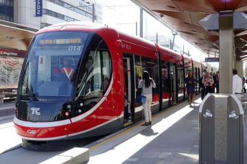 オーストラリアの首都キャンベラで建設工事が終了し、一般開業を待つ次世代型路面電車の車両=18日(共同)
