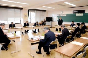 ドライバーの歩行者保護意識向上に向けて協議した推進会議=17日午後、松山市勝岡町